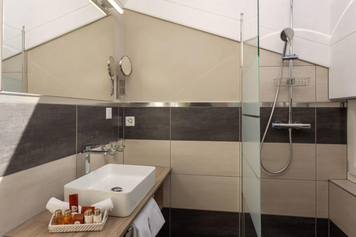 Hotel Beau Rivage Zermatt Doppelzimmer Deluxe Blick zum Matterhorn Badezimmer Dachgeschoss