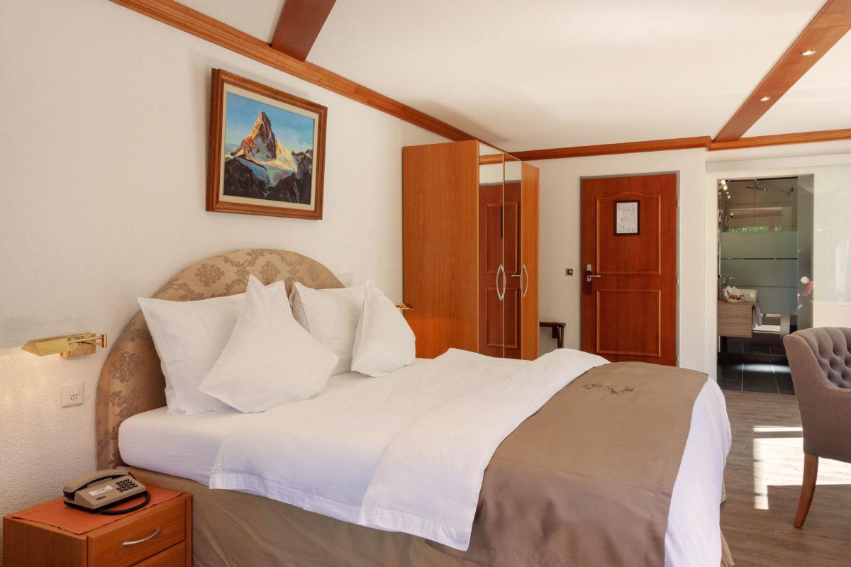 Hotel Beau Rivage Zermatt Doppelzimmer Deluxe Blick zum Matterhorn Bett