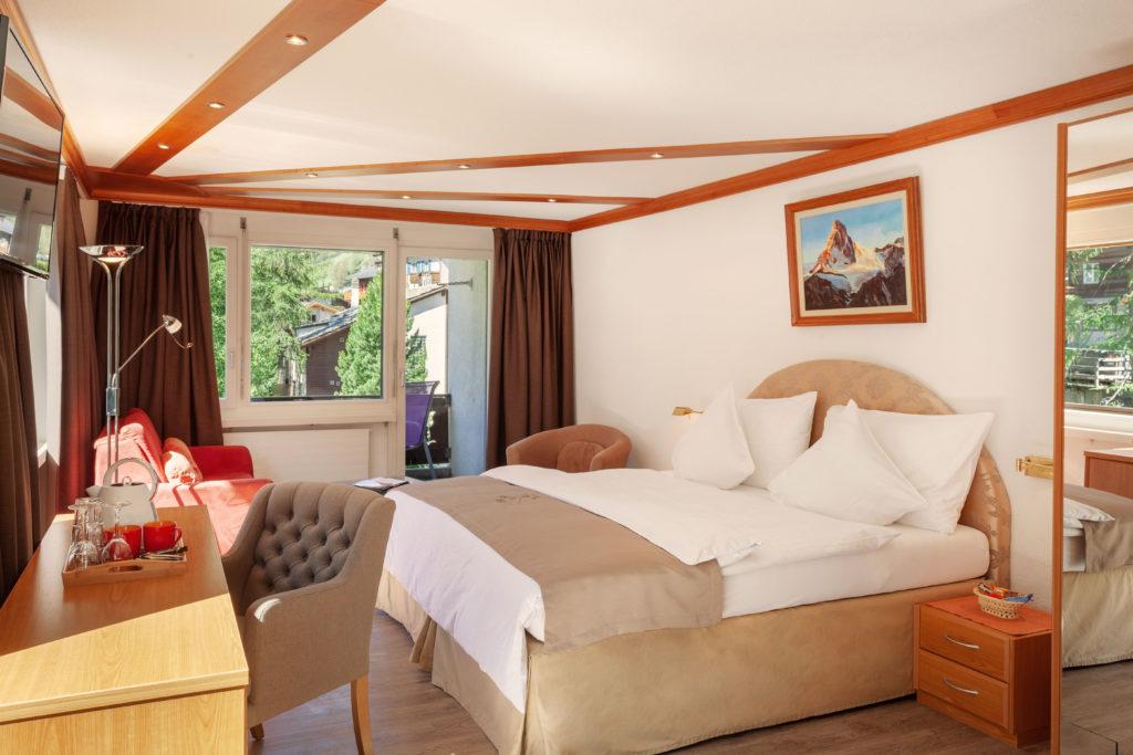 Hotel Beau Rivage Zermatt Doppelzimmer Deluxe Blick zum Matterhorn Schlafen