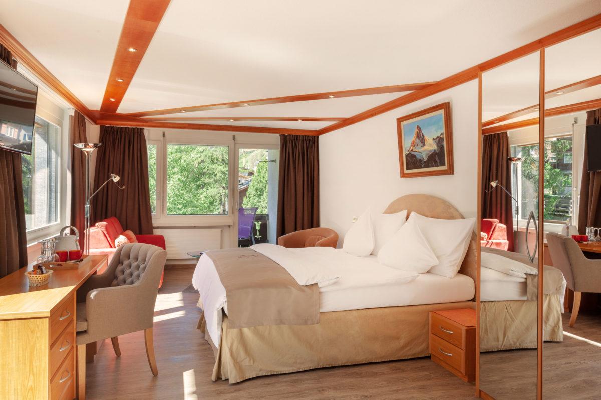 Hotel Beau Rivage Zermatt Doppelzimmer Deluxe Blick zum Matterhorn Schlafzimmer