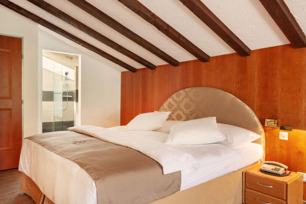 Hotel Beau Rivage Zermatt Doppelzimmer Deluxe Blick zum Matterhorn Schlafzimmer Dachgeschoss