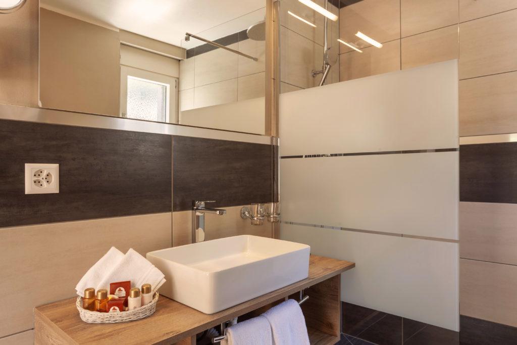 Hotel Beau Rivage Zermatt Doppelzimmer Standard Nordseite Waschbecken und Dusche